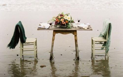 suda masa ve sandalyeler