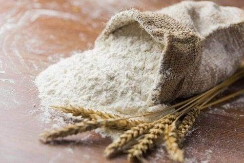 bir torba beyaz un ve artizan ekmeği