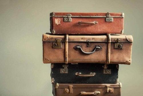 üst üste konmuş bavullar
