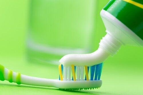 diş macunu ile ütü temizliği