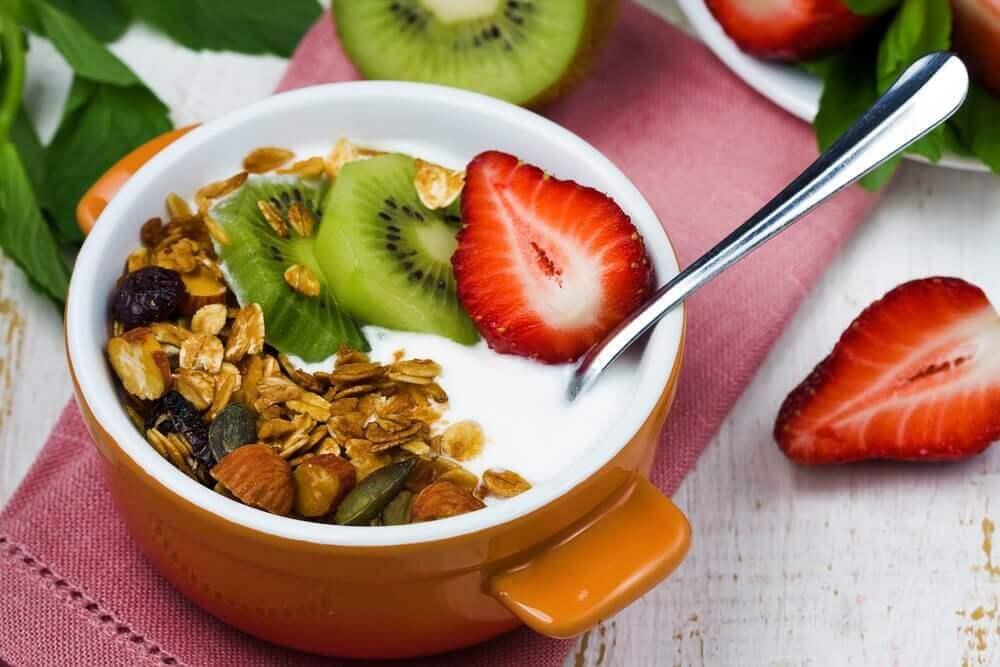 meyveli ve yulaflı yoğurt