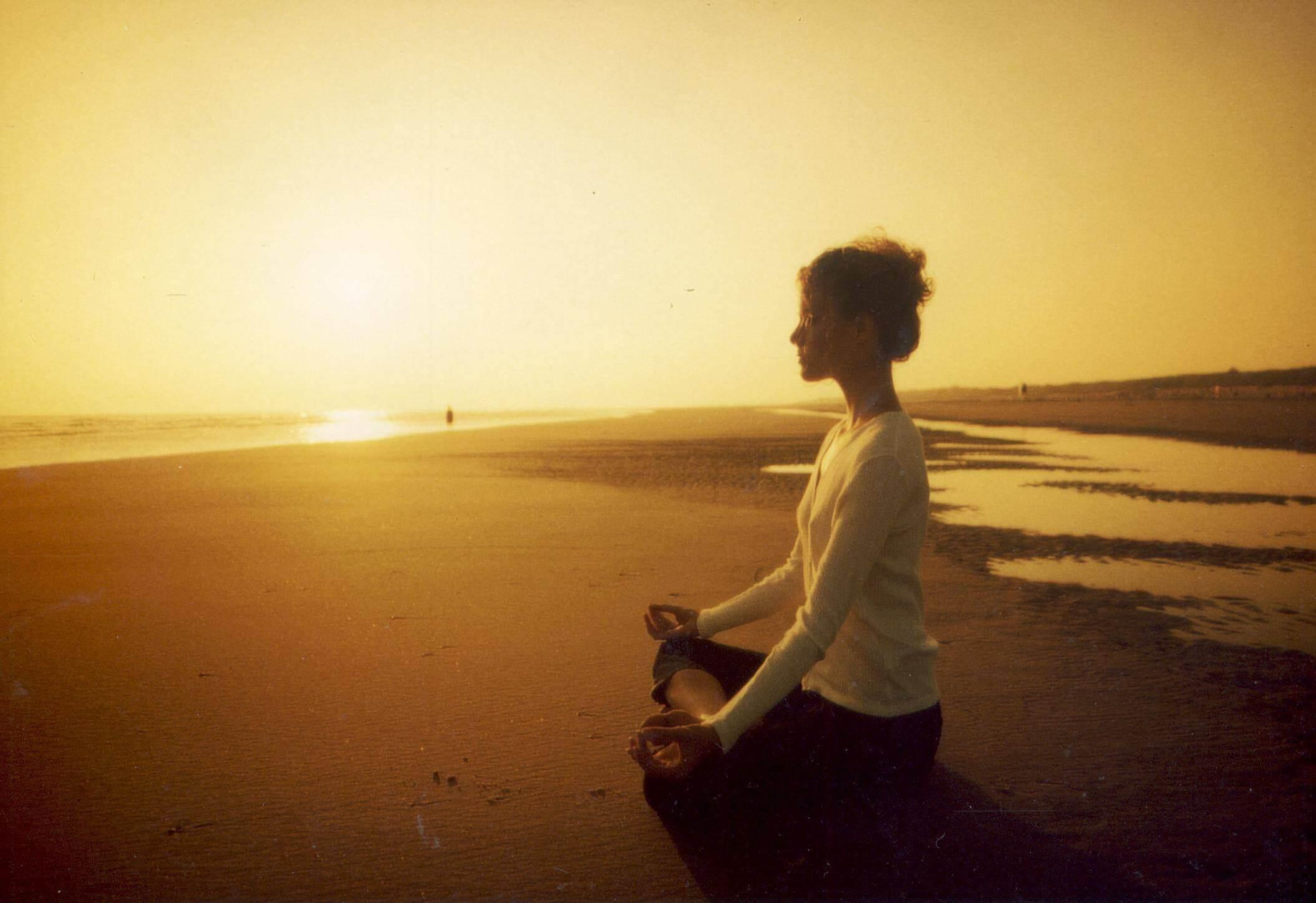 sahilde oturan kadın