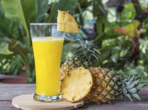 ananas meyvesi ile smoothie