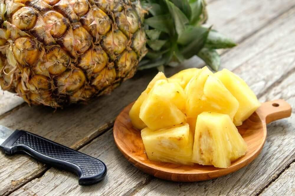 ananas ve doğranmış küpler