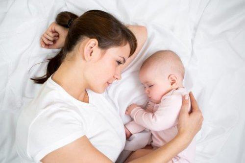 anne ve uyuyan bebek