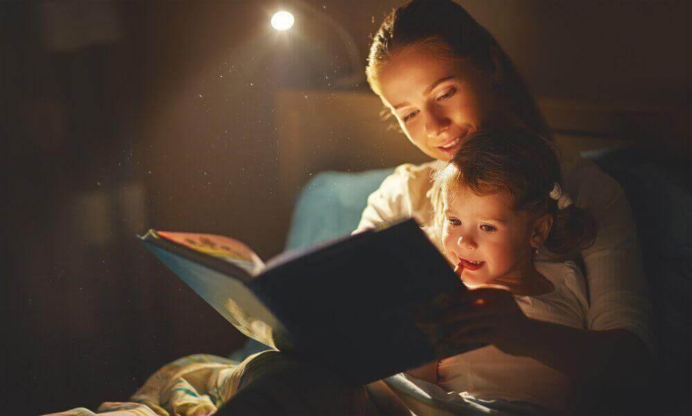 uyku vakti çocuğuna masal okuyan anne