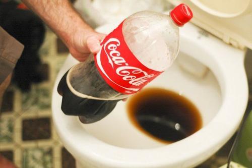 asitli içeceklerle tuvaleti temizlemek