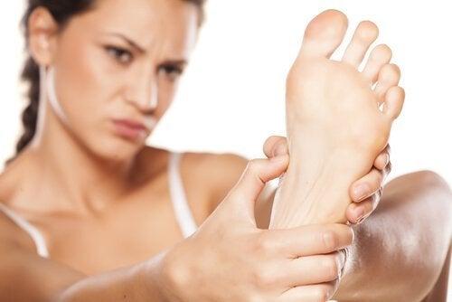 ayağını inceleyen kadın