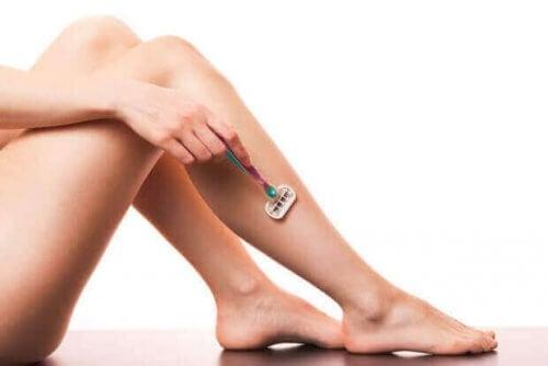 bacaklarını tıraş eden kadın