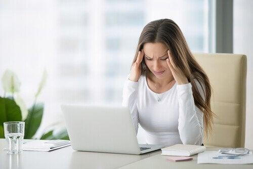 boyun ağrısından kurtulmak isteyen kadın