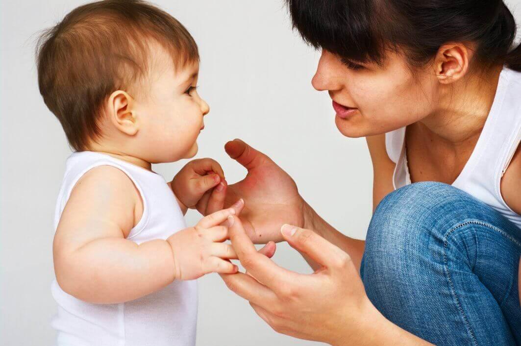 bebeğiyle konuşmaya çalışan anne