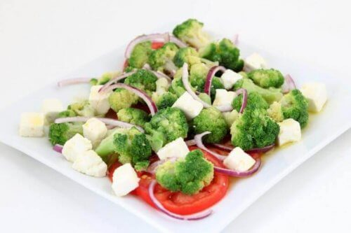 brokoli peynir ve domates tabağı