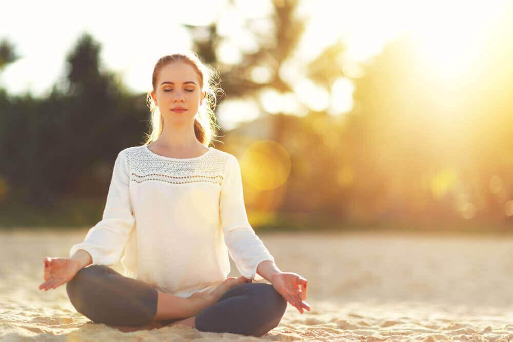 çakraları dengelemek için meditasyon yapan kadın