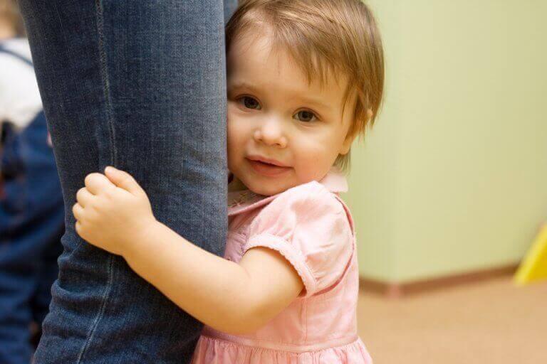 annesine sarılan küçük kız