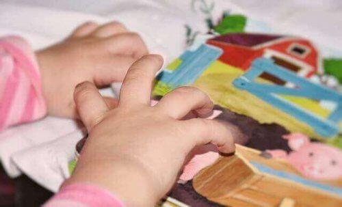 resimli kartlarla oynayan çocuk