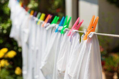 dışarıda asılı beyaz çamaşırlar