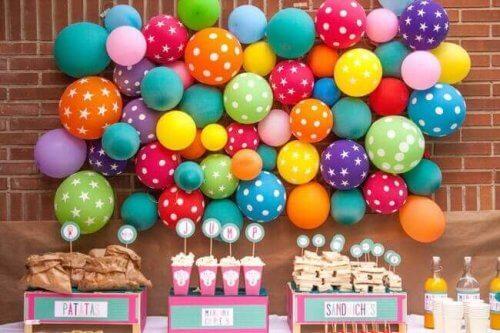 duvara dizili renkli balonlar
