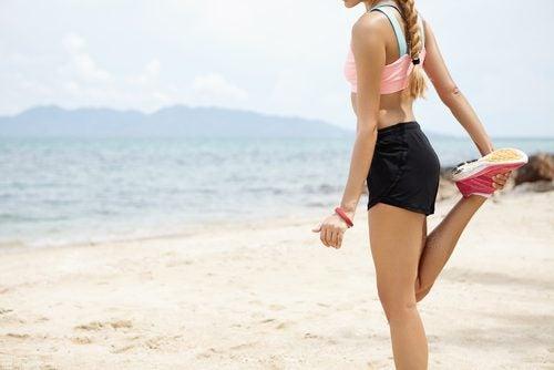 sahilde egzersiz yapan kadın