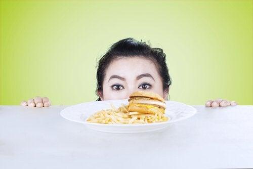 fast food yemeğine içi giden kadın