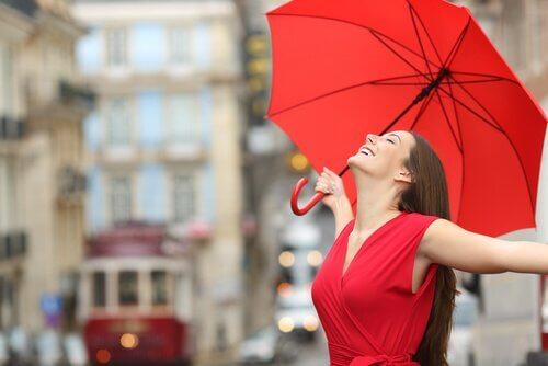 kırmızı elbiseli ve şemsiyeli kadın