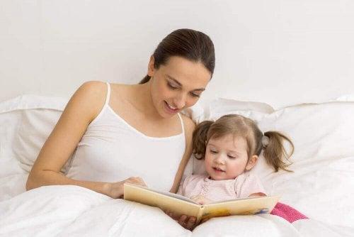 kitap okuyan anne ve küçük kızı