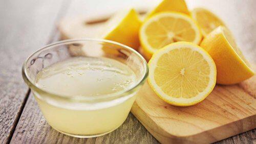 limon dilimleri ve limon suyu
