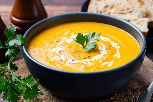 maydonozla süslenen sebze çorbası