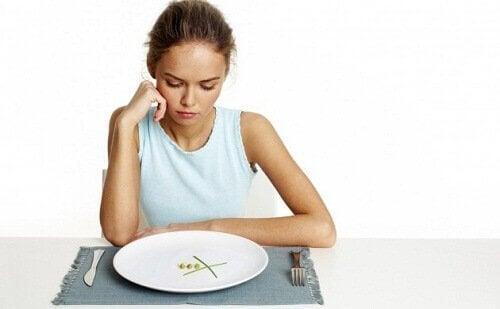 diyet yapan mutsuz kadın