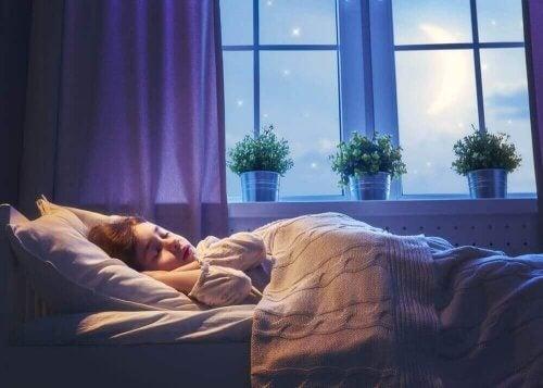 odasında uyuyan çocuk