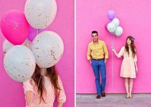 pembe duvar kadın erkek boyalı balonlar