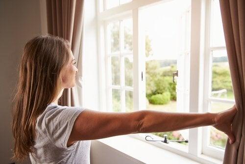 pencereden bakan kız