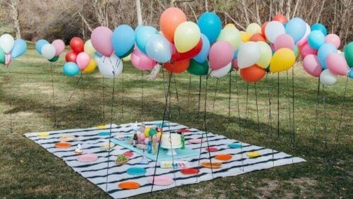 piknik dekorasyonu ve balonlar
