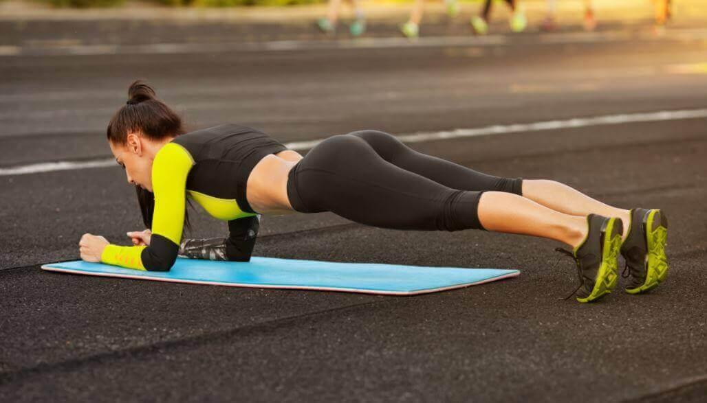 plank egzersizi yapan kadın