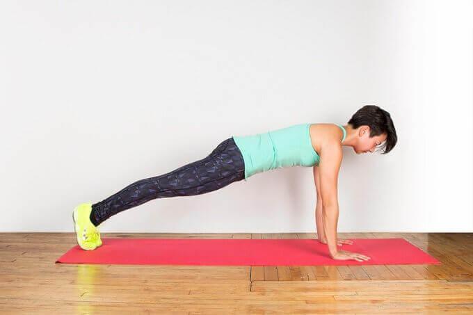 güzel bacaklar için plank hareketi
