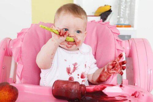 reçel yiyen bebek