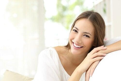 sağlıklı cildi olan gülümseyen kadın
