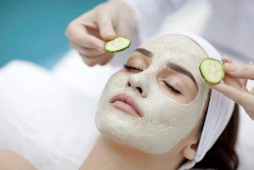 salatalıklı yüz maskesi ile cildinizi nemlendirmek