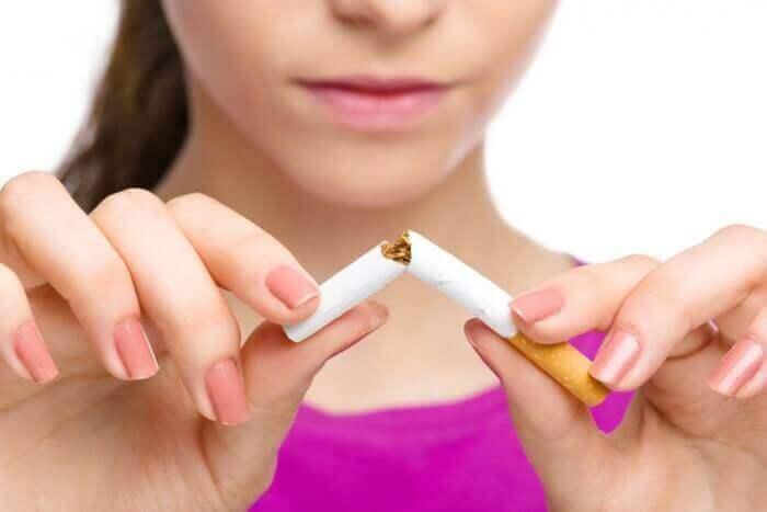 sigarayı ortadan ikiye bölen kadın