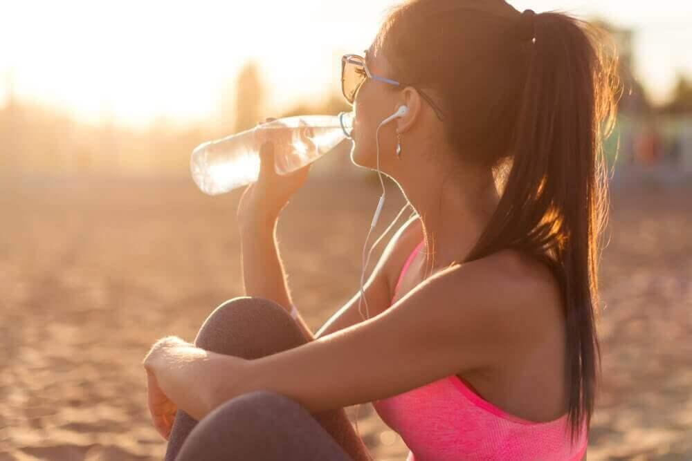 cildinizi nemlendirmek için bol su için