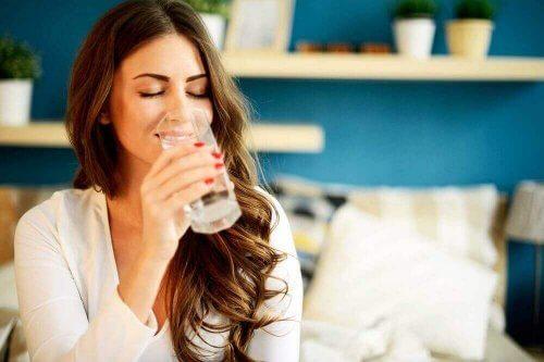 su içen mutlu kadın