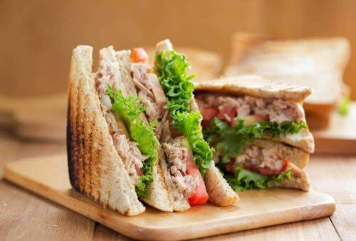 dilimlenmiş ton balıklı sandviç