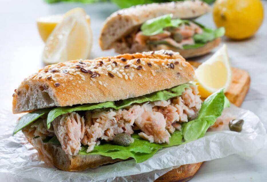 ton balıklı sandviç ve limon dilimleri