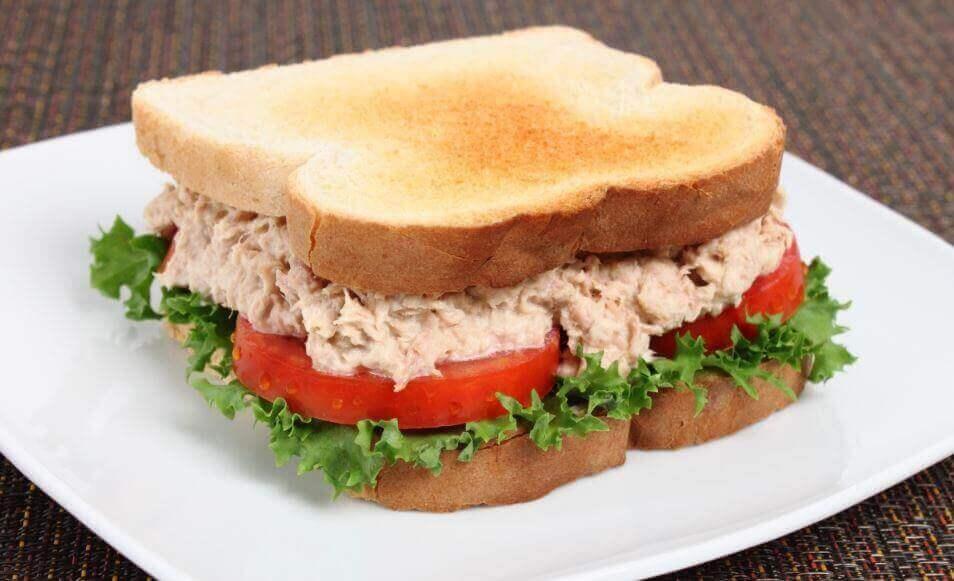 Lezzetli Bir Ton Balıklı Sandviç Tarifi