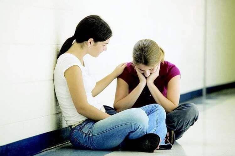 arkadaşını teselli eden kadın