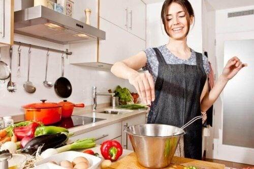yemek yapan mutlu kadın ve sebzeler