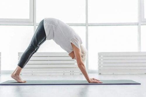 yoga yapan yaşlı kadın