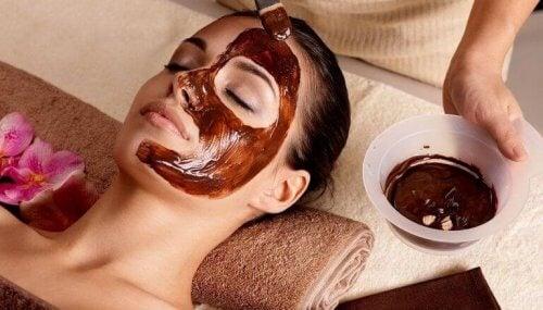 yüzüne çikolata maskesi yapılan kadın