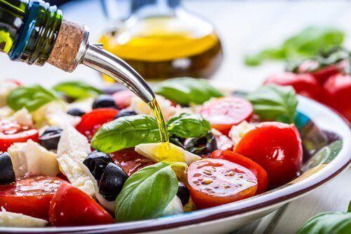 zeytinyağı dökülen salata
