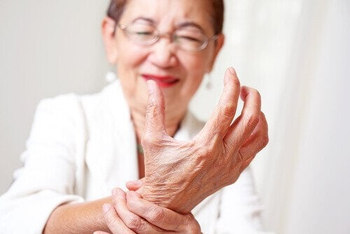 yaşlı kadın artrit