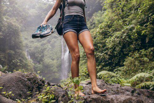 doğa yürüyüşü yapan kadın